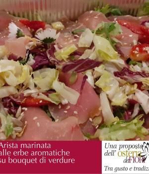 Arista marinata alle erbe fini su bouquet di insalate