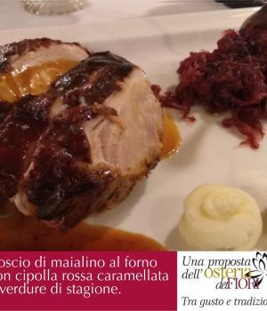 Coscio di maialino al forno con cipolla rossa caramellata e  verdure di stagione